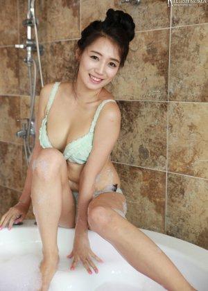 Азиатка в ванной обмазалась пеной и медленно сняла с себя трусики - фото 43