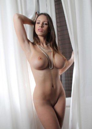 Молодая телка обнажает свою грудь и крутится во дому в голом виде - фото 22