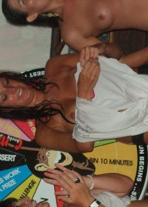 Обнаженные девушки в клубах и на тусовках в пьяном состоянии показывают сиськи - фото 5