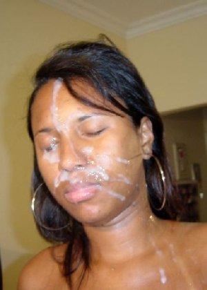 Черные телки сосут члены, а потом обливают себя спермой на все лицо - фото 30
