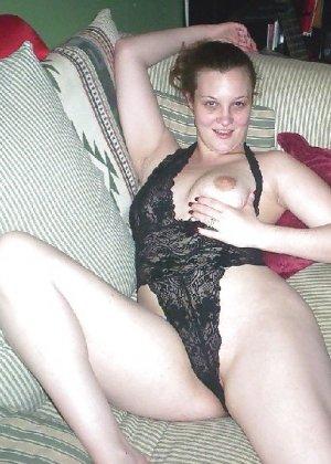 Брюнетка в домашних условиях показывает свое красивое тело друзьям - фото 3