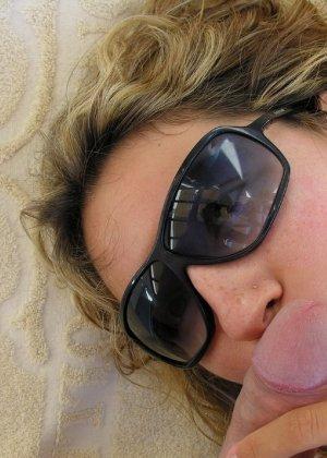 Девушка на отдыхе сосет хуй своему парню и ублажает его целиком - фото 25