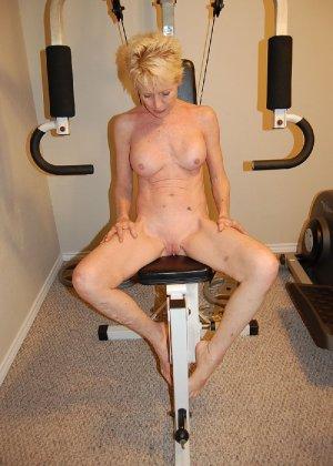 Опытная блондинка в голом виде показывает свои принадлежности - фото 36
