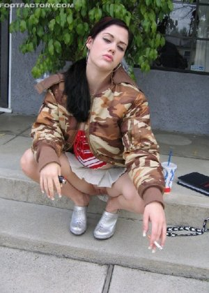 Девка в пьяном виде заставила пацана фоткать её мокрую киску - фото 2
