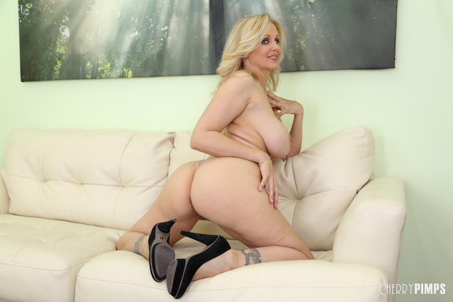 Шикарная обнаженная блондинка показывает коричневые дырочки