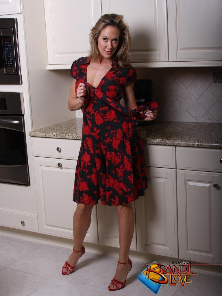 Голая зрелая блондинка раздевается и мастурбирует на кухне
