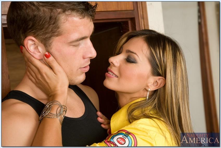 Кончил на грудь после секса с горячей латинкой