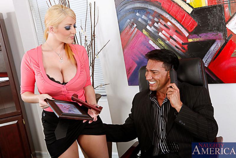 Секс на работе с грудастой блондинкой