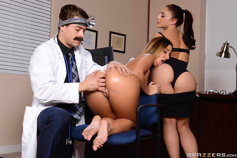Молодому врачу очень повезло – он трахает поочередно свою коллегу и сексуальную пациентку