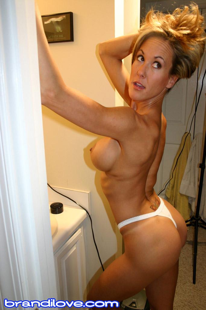 Зрелая Бренди Лов голая  в ванной