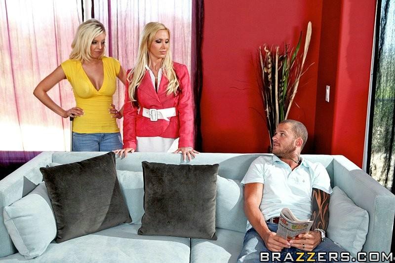 Секс с  двумя блондинками с большими сиськами