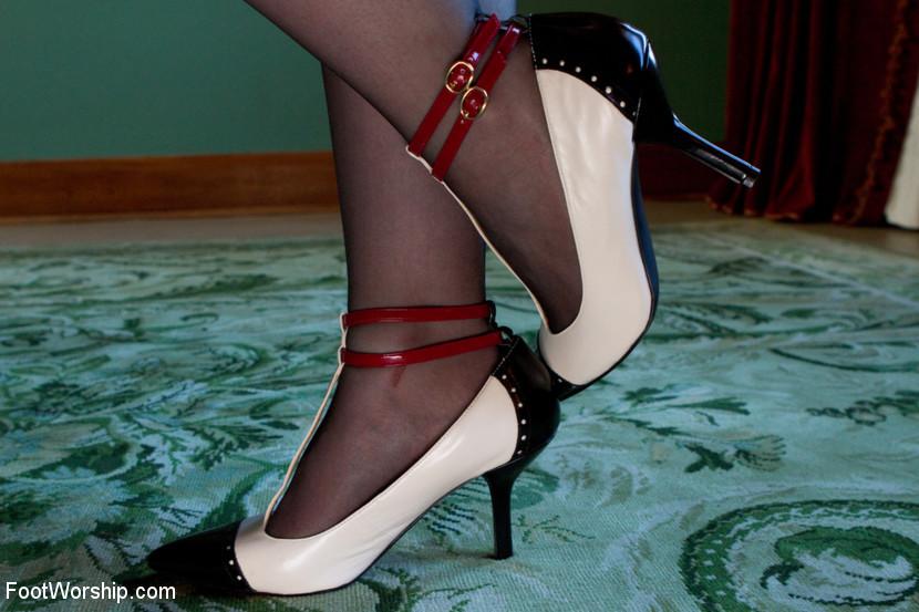 Умело дрочит ножками — photo 2