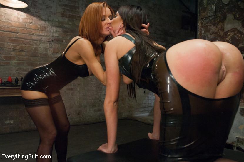 Вероника и Кассандра облюбовали для игр подвал, рыжая занимается попкой брюнетки, максимально ее растягивая