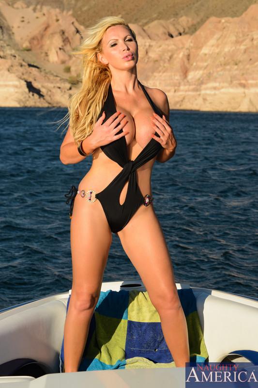 Выебал жопастую блондинку на яхте
