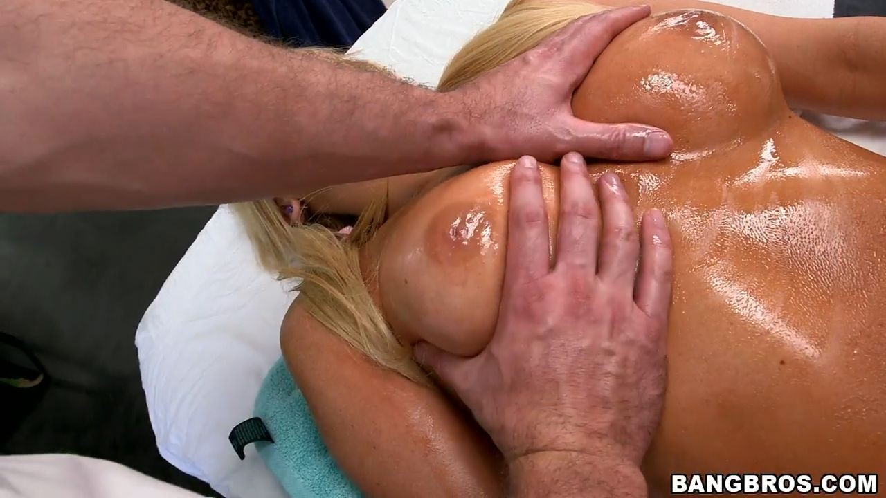 Она знает как облагодарить массажиста за блаженство