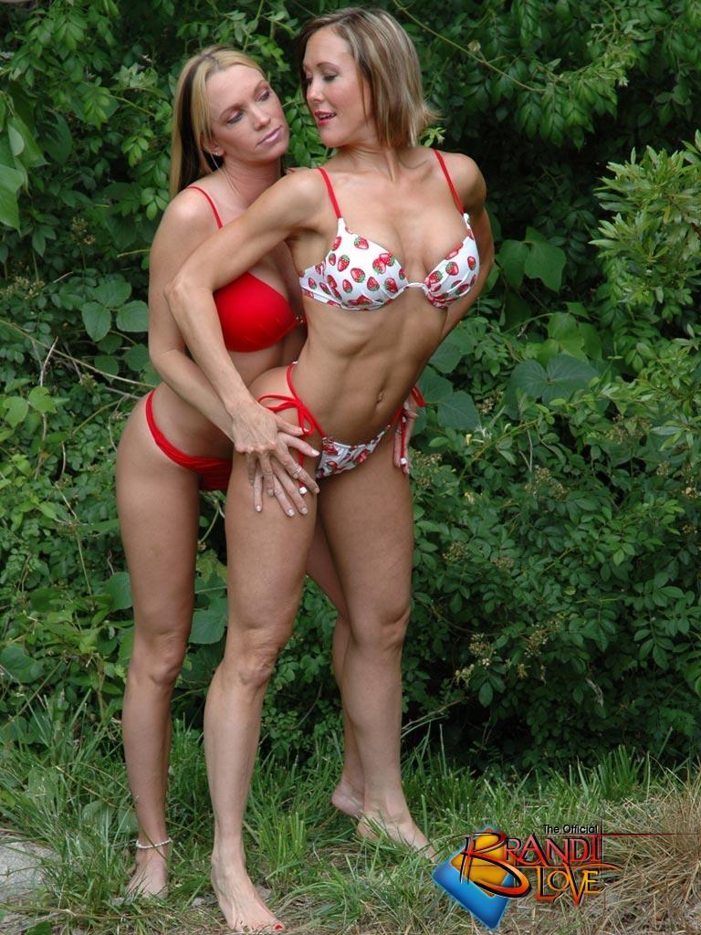 Две красивых блондинки раздеваются на природе