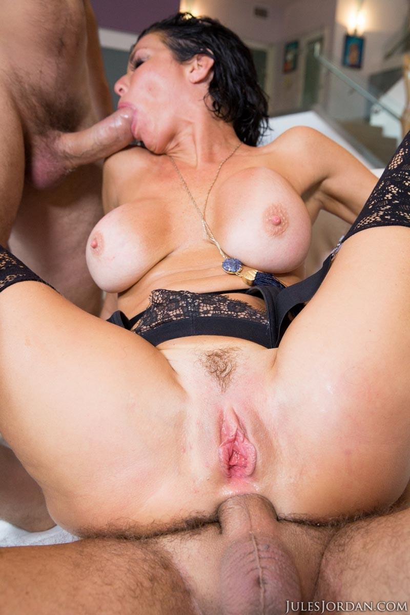 Групповое порно Вероники Авлюв с двумя большими членами