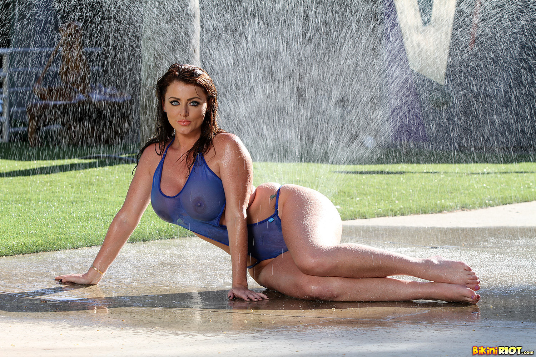 Сняв прозрачный купальник модель показала большие мокрые сиськи