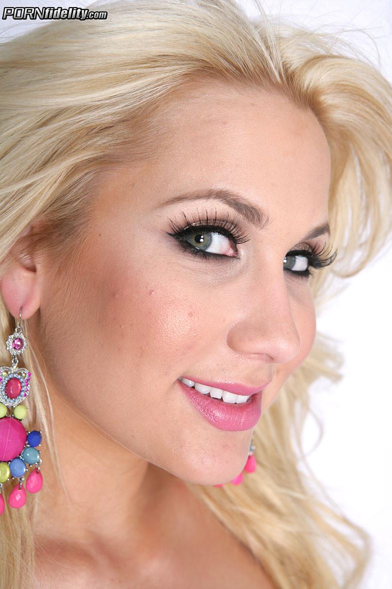 Блондинка с силиконовыми сиськами