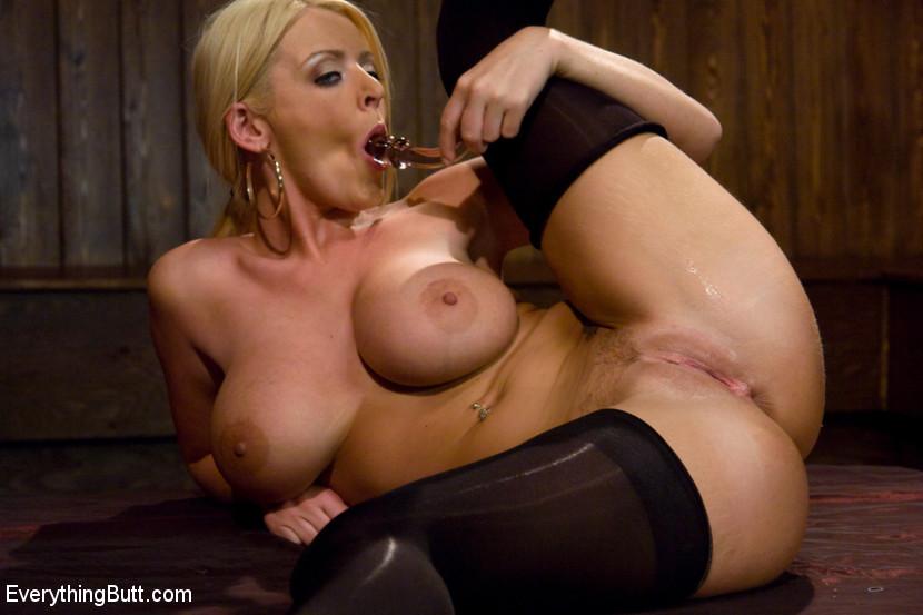 Зрелую блондинку трахают в анус