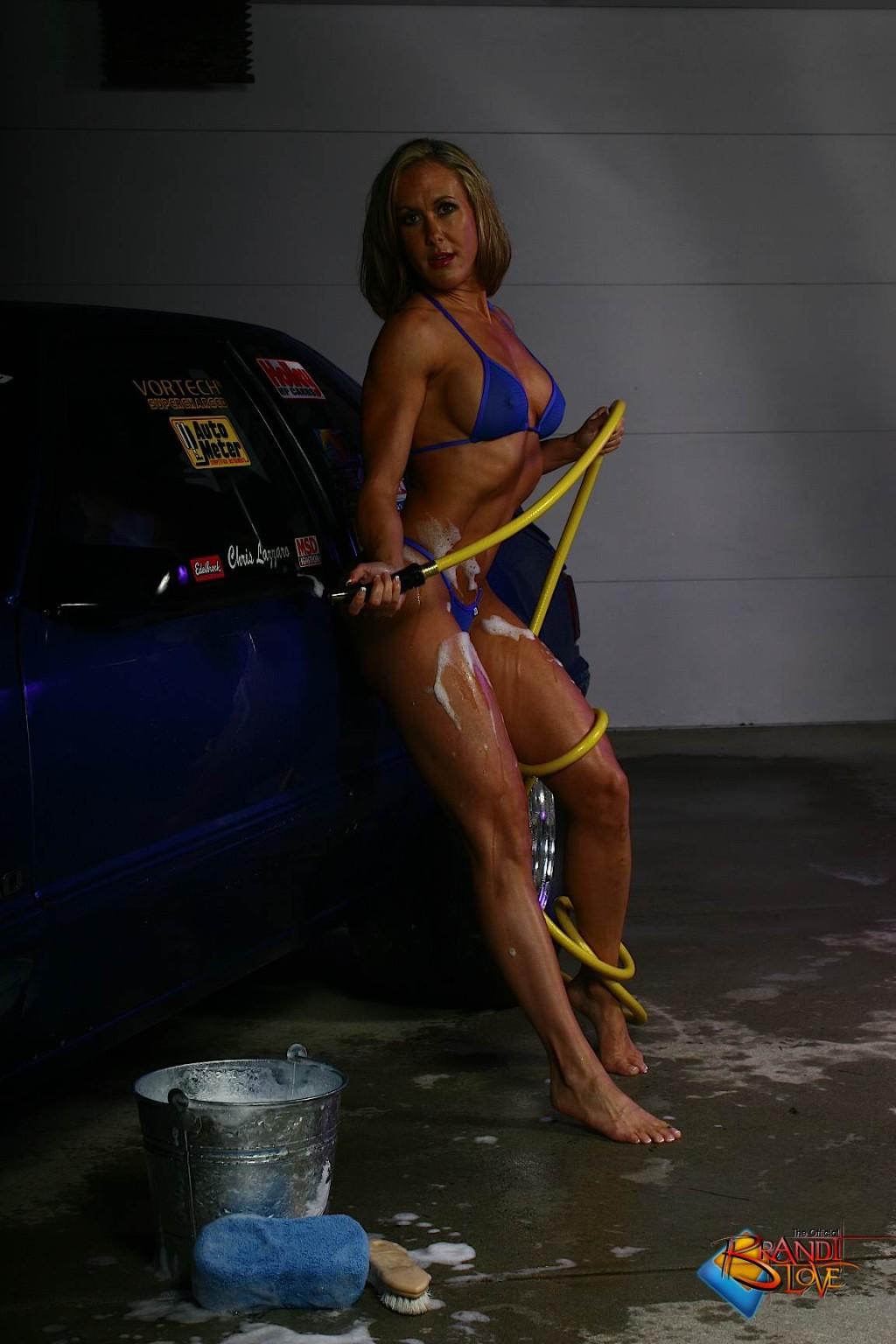 Голая зрелая блондинка с большой грудью моет машину
