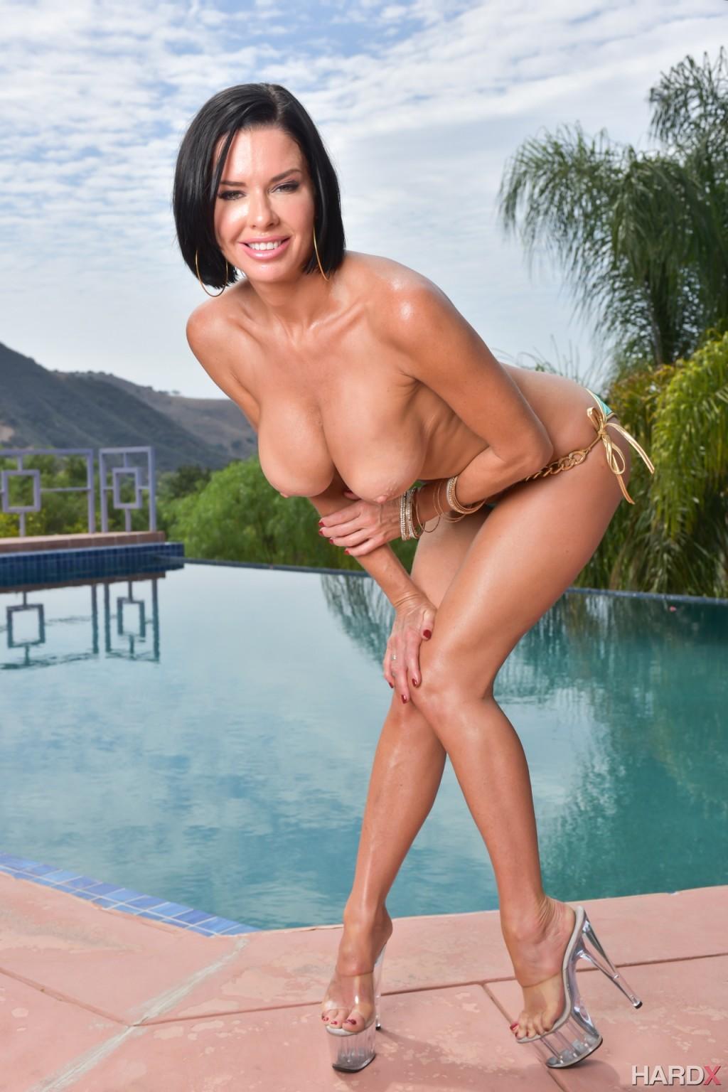Женщина в лиловом купальнике у бассейна