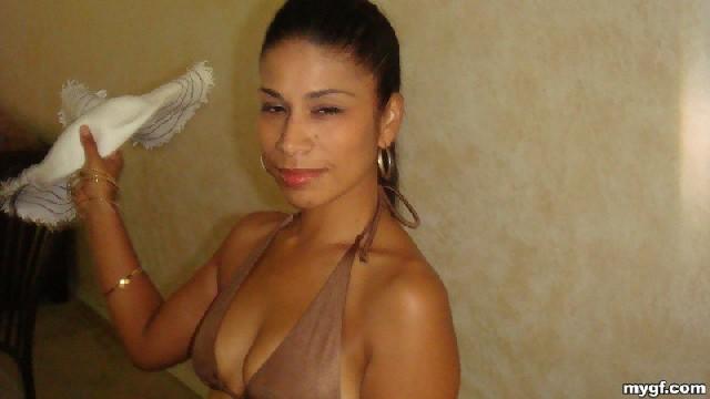 Латино-американка с огромной задницей любит показать ее везде