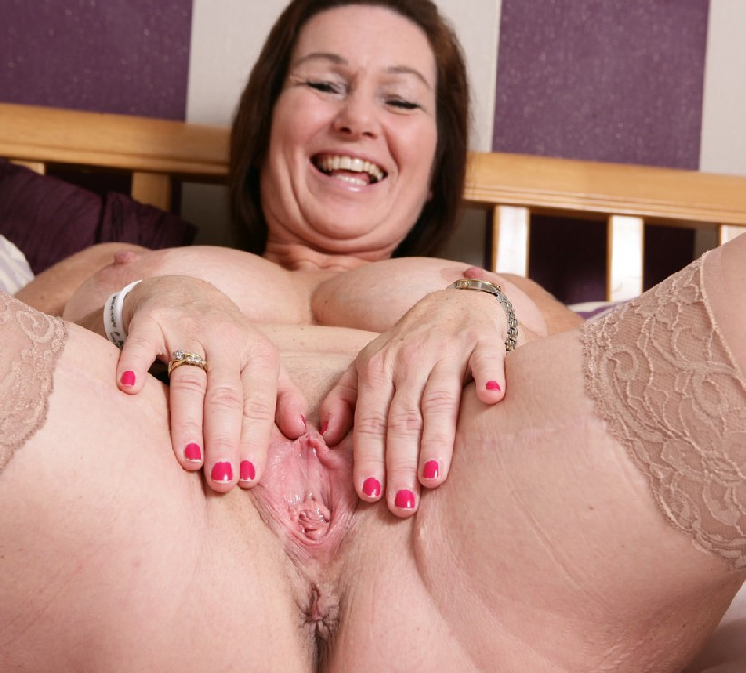 Зрелая британская женщина на все готова в постели