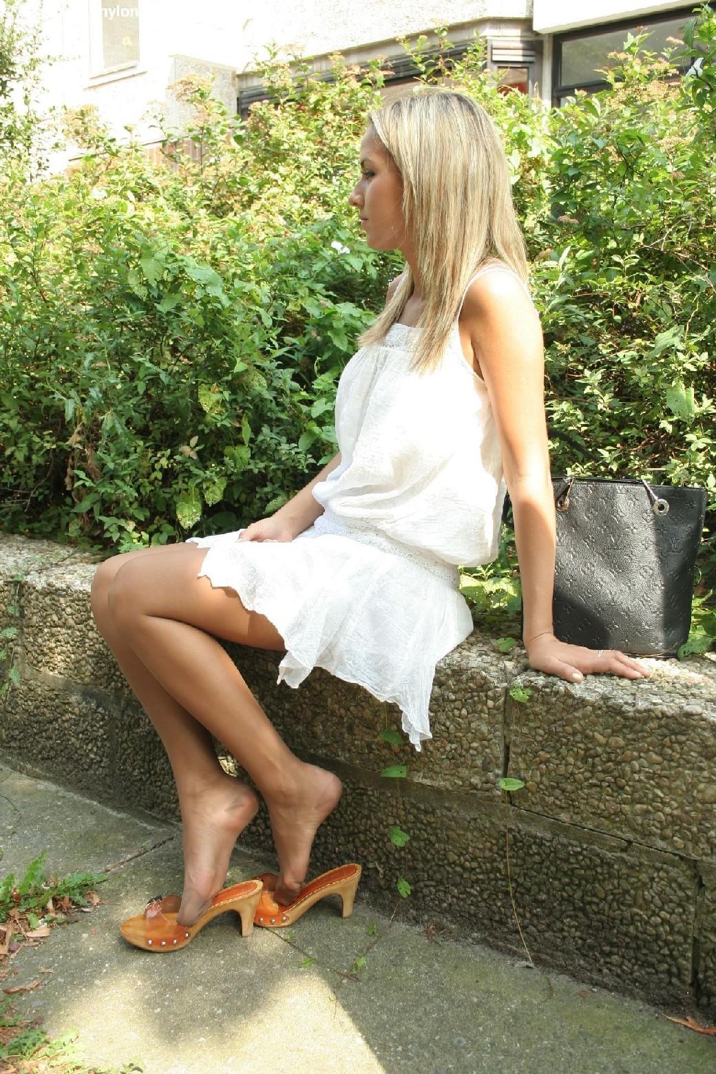 Горячую блондинку везде фотографировали в дворике