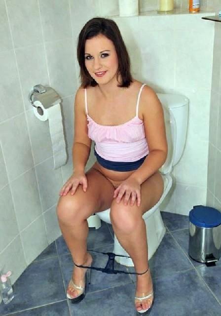 Девчонок подстерегли в туалете, сфотографировали и выложили в сеть