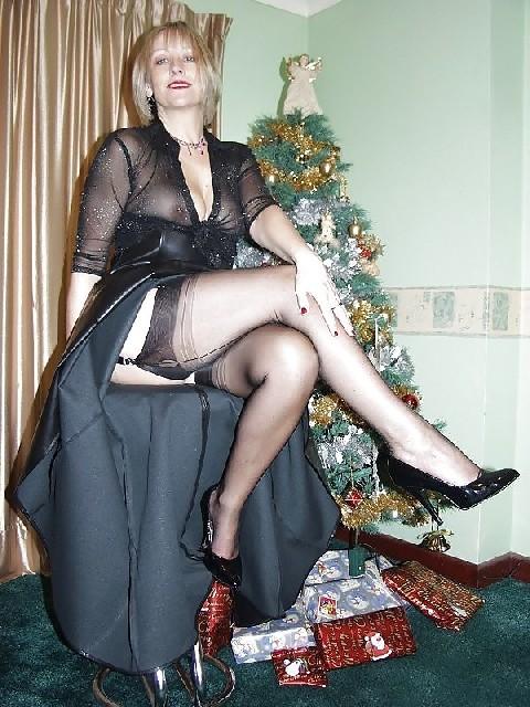 Попросила сфотографировать ее под елкой, а сама надела откровенные наряды