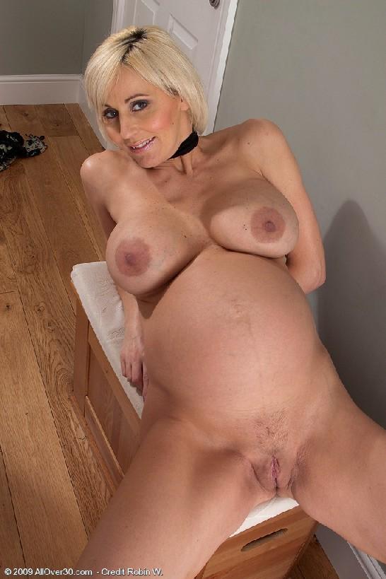 Беременная блондинка с большой грудью снимается на камеру