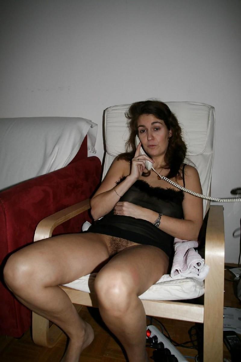 Сексуальная зрелая женщина открывает вид  на все свои дырочки