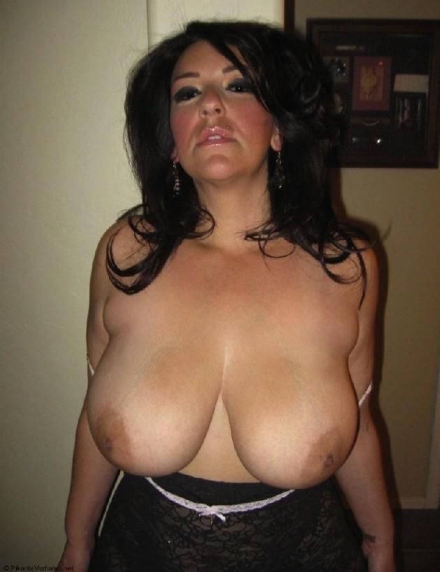 Очень горячая милфа с большой грудью позирует в квартире для всех