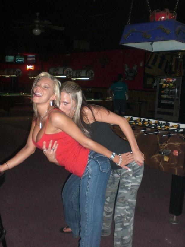 Осторожно! Эти милые девахи любят веселье и алкоголь, нередко показывает сиськи