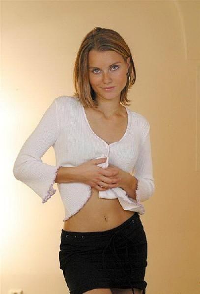 Симпатичная и привлекательная женщина с маленькой грудью