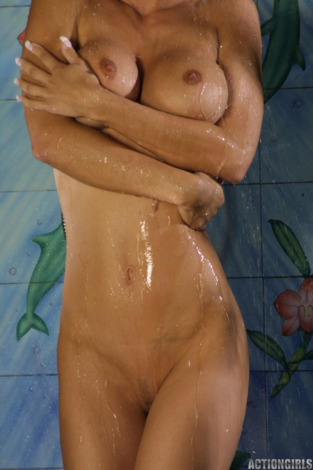 Джессика принимает публичный душ