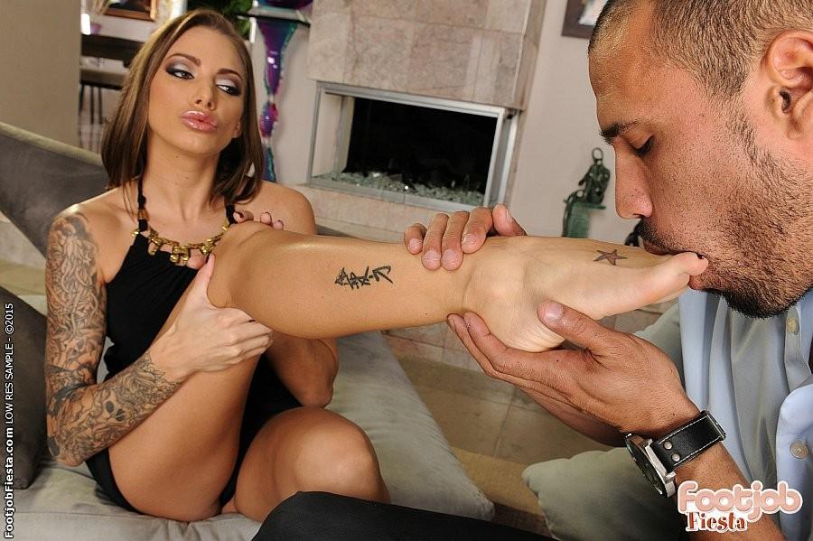 Худая татуированная блядь с большими титьками трахается в пизду