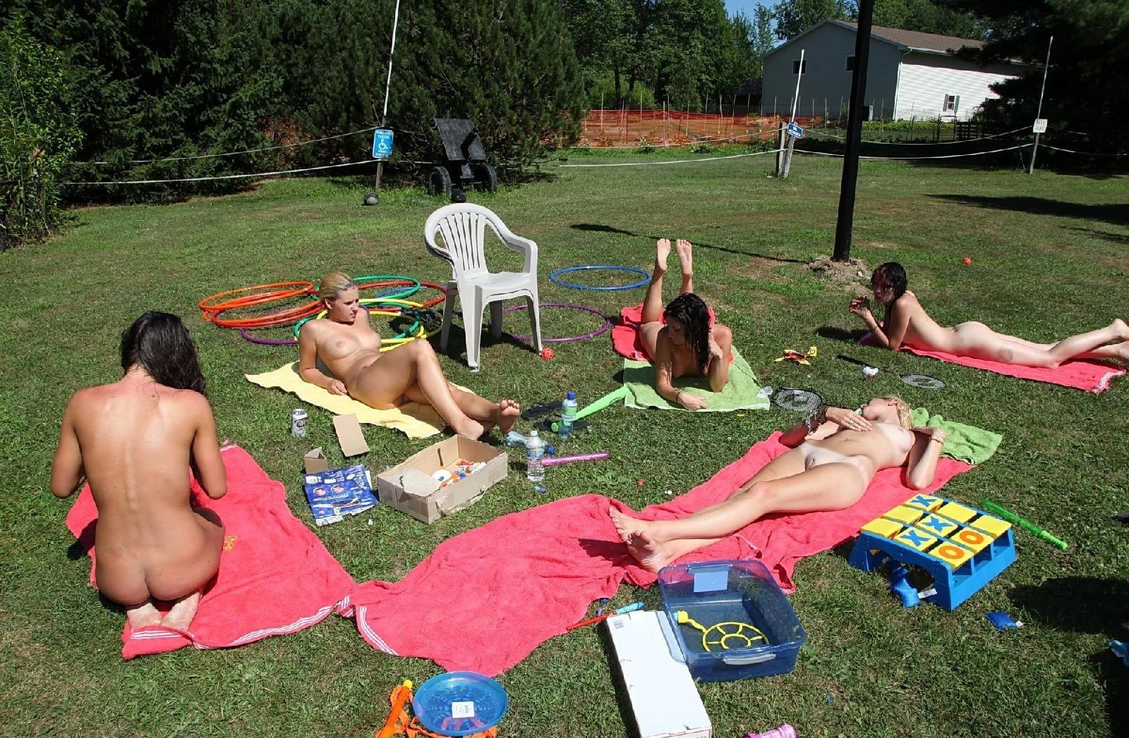 Девки загорают на солнышке в парке, да еще и полностью голышом