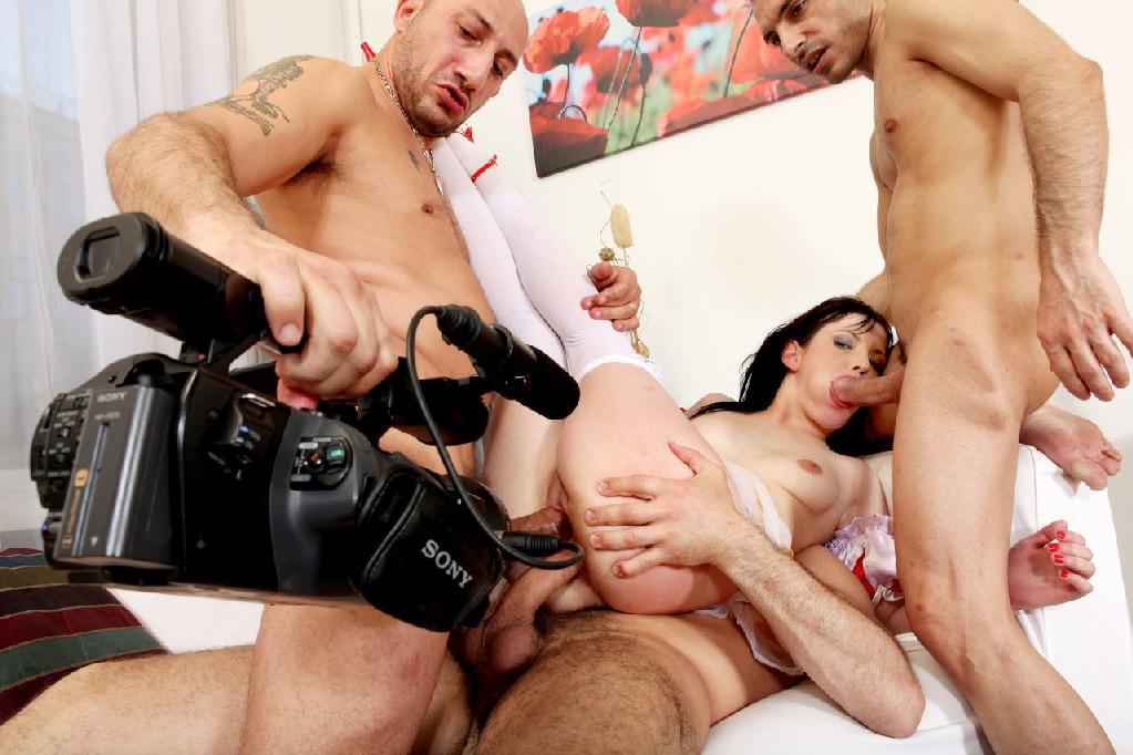 Порно фотки где девушка принимает во все дырки сразу