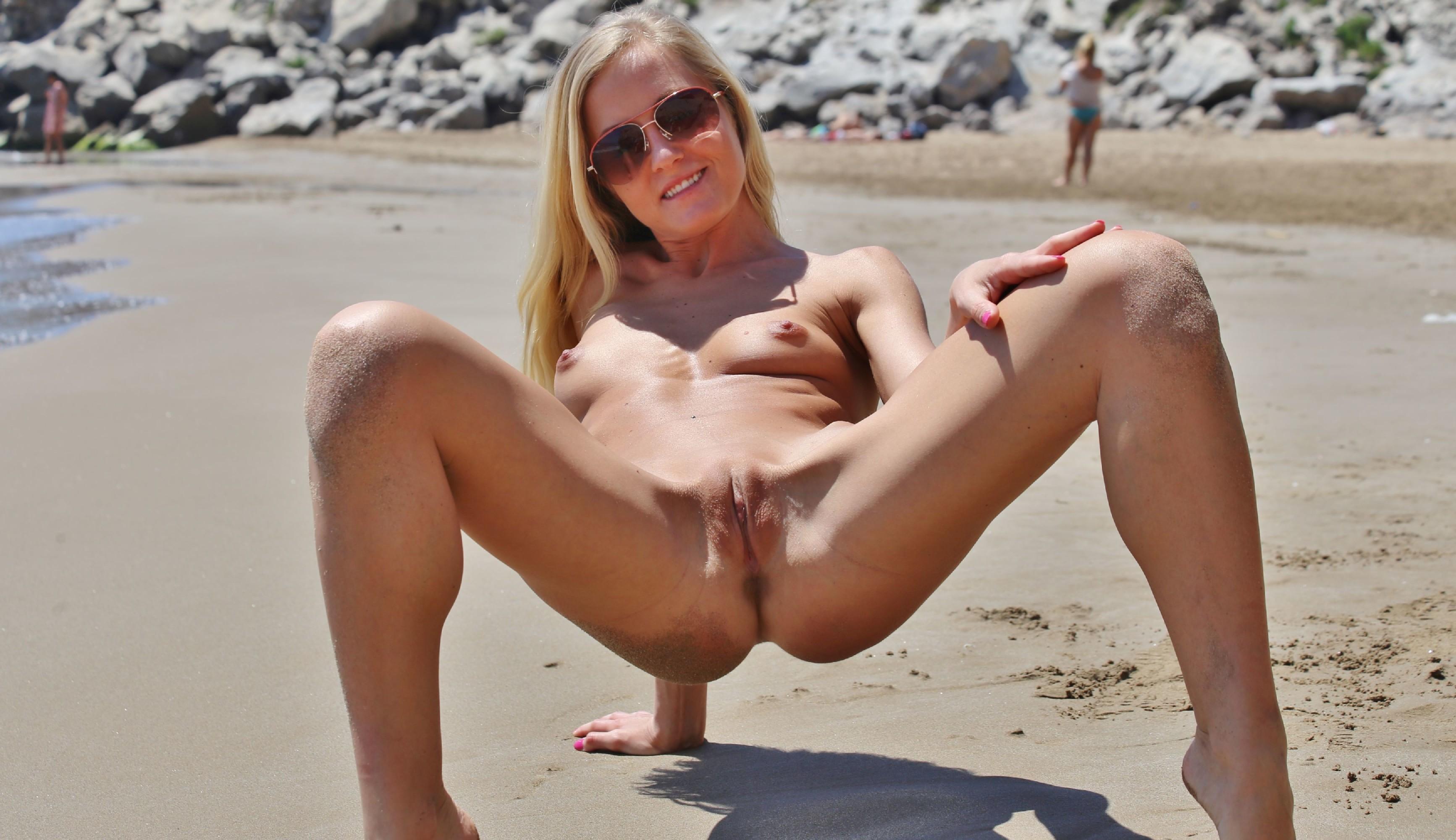 Блондинка в купальнике прогуливается по пляжу и приоткрывает свои сиськи