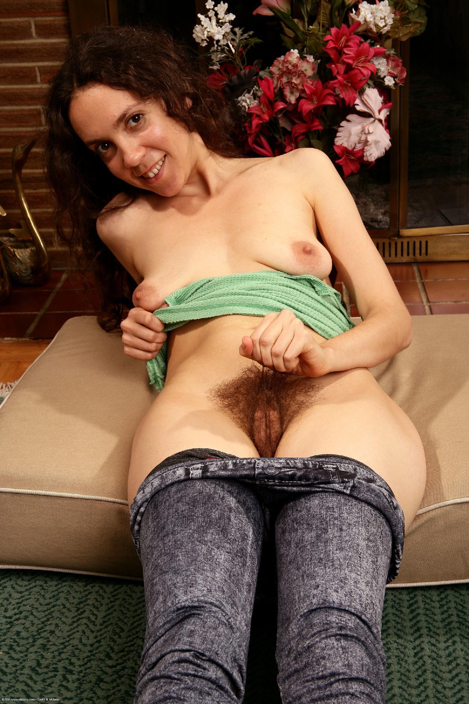 Зрелая дама с волосатыми подмышками и обвисшей грудью