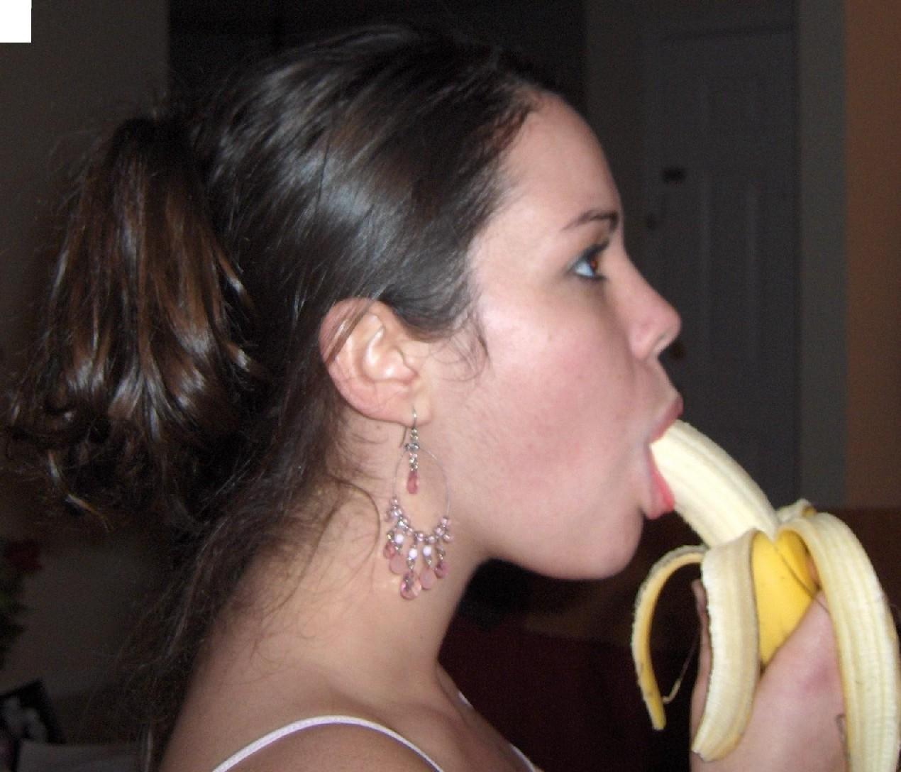 Брюнетка эротично кушает фрукты, и снимается полуголой в квартире