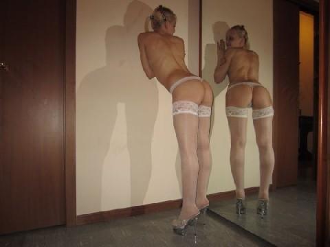 Красивая замужняя блондинка демонстрирует свое шикарное тело