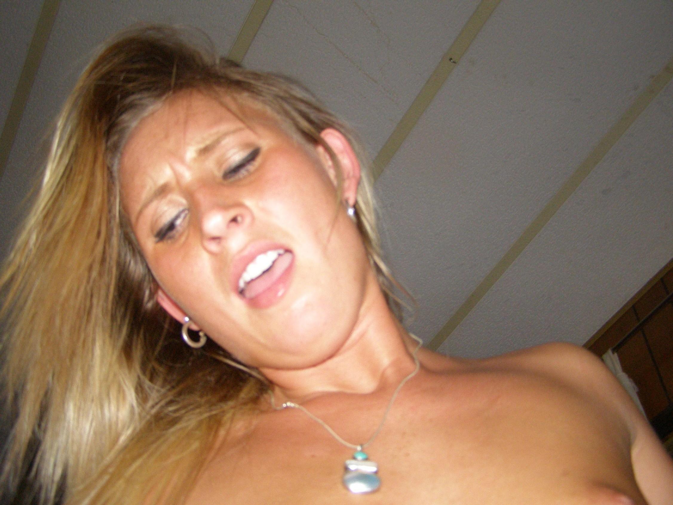 Еще одна блондинка, которая любит сосать и позировать голой