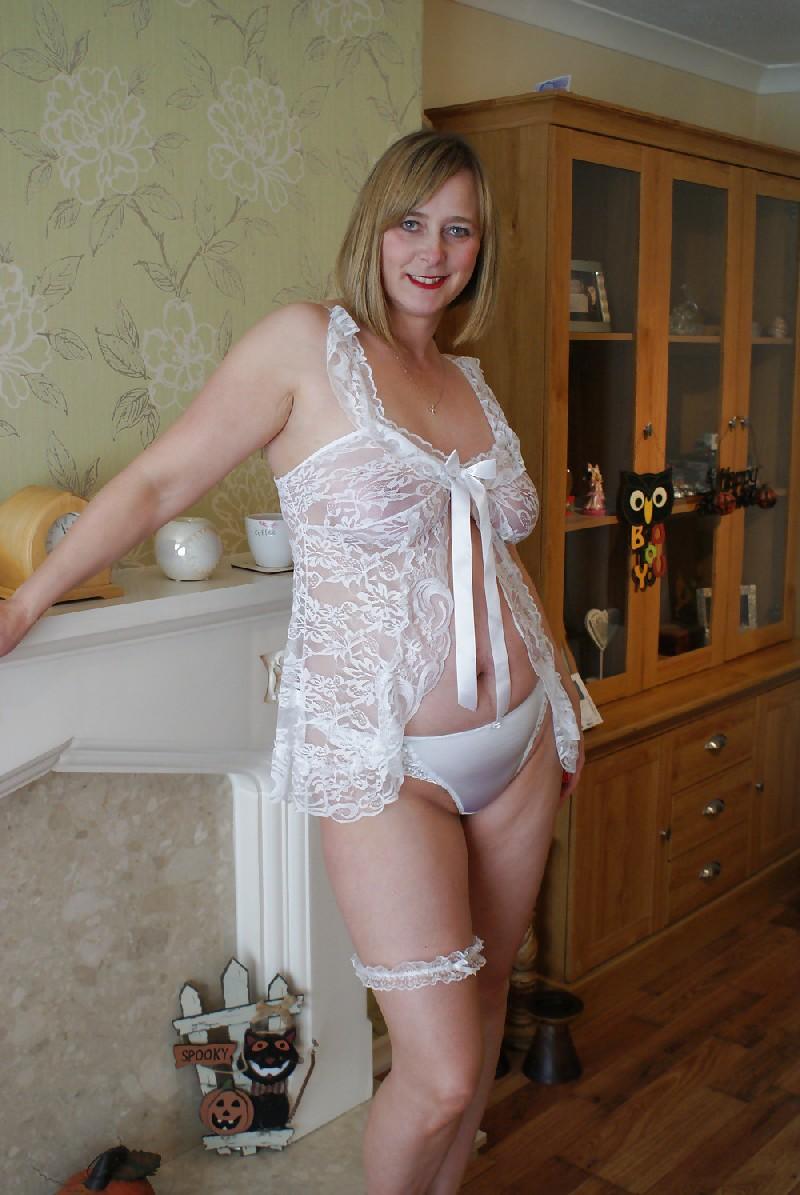 Прекрасная леди в белом сексуально белье раздвинула ножки