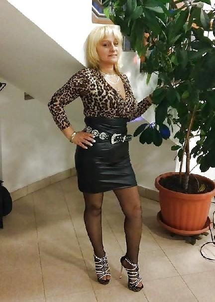 Роскошные женщины в деловых костюмах стоят в неприличных позах