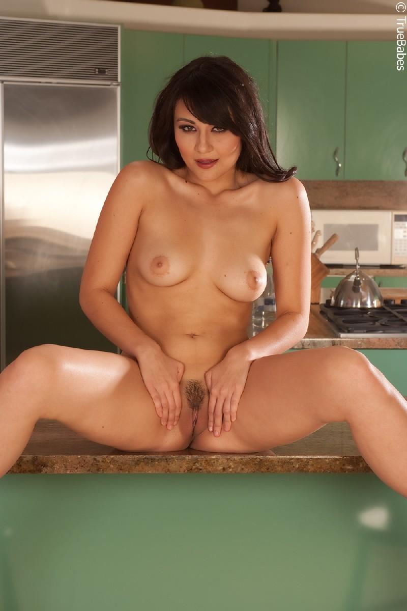 Жгучая брюнетка с красиво выбритой киской и аккуратными грудями