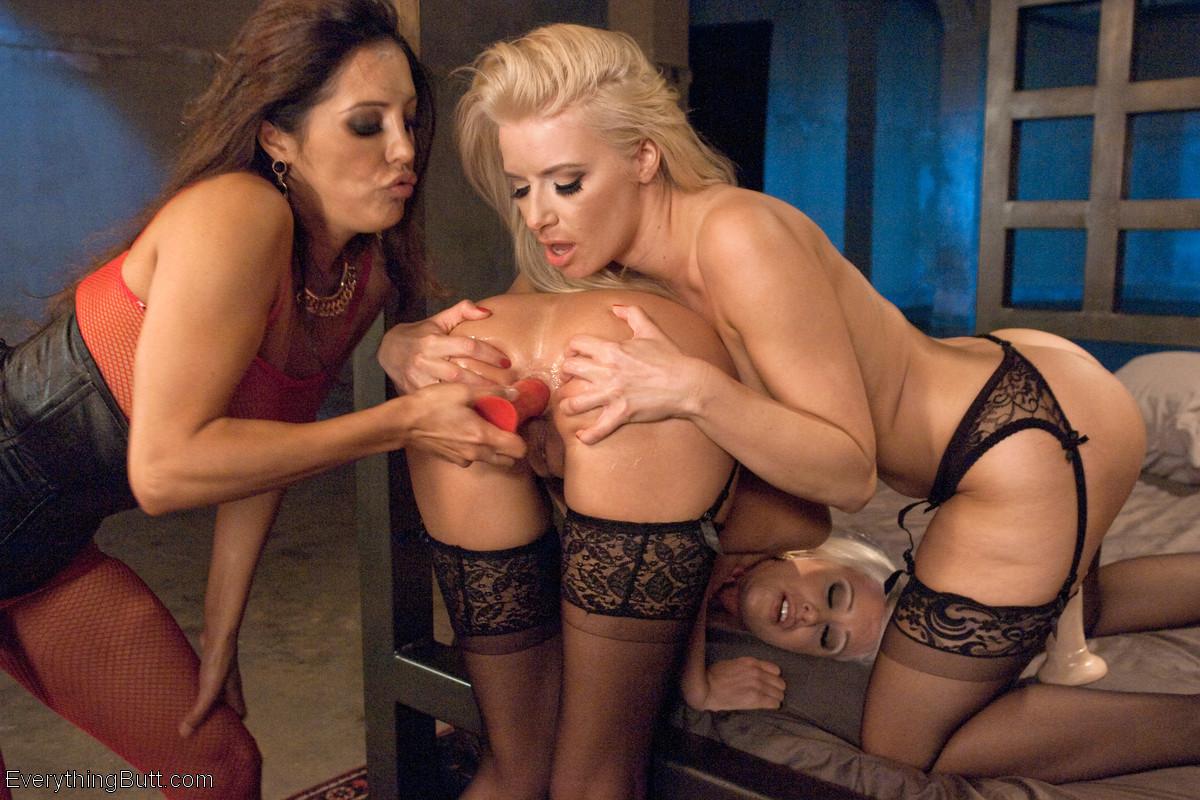 Франческа Ли показывает двум блондинкам, что такое настоящий анал