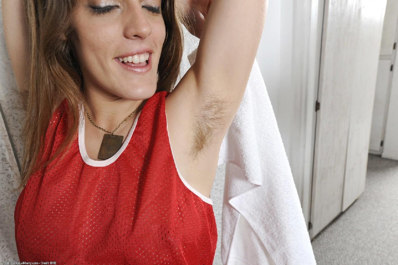 Волосатая Роза демонстрирует свои разработанные дырки крупным планом